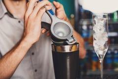 Barman& x27; s-Hände, die Cocktail mit Kalk machen lizenzfreies stockbild