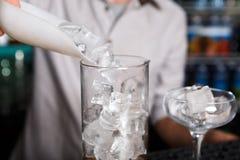 Barman& x27; s-Hände, die Eis für Cocktail machen lizenzfreies stockbild