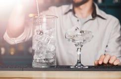 Barman& x27; s-Hände, die Eis für Cocktail machen stockfotografie