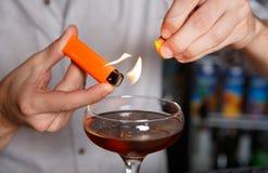 Barman& x27; s-Hände, die loderndes Cocktail machen lizenzfreies stockfoto