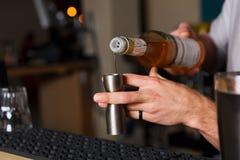 Barman& x27; s-Hände, die Schusscocktail machen lizenzfreie stockbilder