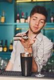 Barman&s-Hände, die Schusscocktail machen stockfoto