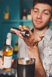 Barman& x27; s-Hände, die Schusscocktail machen stockfoto