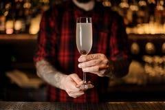 Barman servant à un cocktail délicieux 75 français dans la barre photos libres de droits