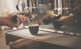 Barman Shop Concept de vapeur de Portafilter de machine de café Photographie stock