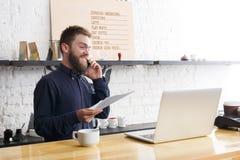 Barman songeur travaillant sur l'ordinateur portable au compteur de barre Photographie stock