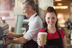 Barman souriant à l'appareil-photo Images libres de droits