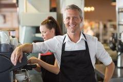Barman souriant à l'appareil-photo images stock