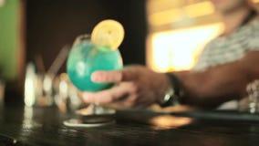 Barman stawia gotowego koktajl na barze zdjęcie wideo