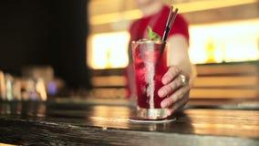 Barman stawia jagodowego koktajl przy barem zdjęcie wideo