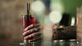 Barman stawia skończonego koktajl na barze zbiory wideo