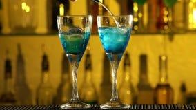 Barman stawia sześciany lód w szkło, nalewa zdjęcie wideo