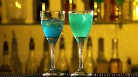 Barman stawia sześciany lód w szkło, nalewa zbiory wideo
