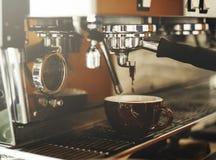 Barman Steam Coffee Chill de boisson réveillant le concept Photos stock
