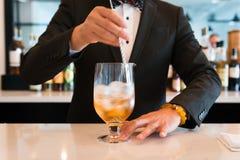 Barman Stirring une boisson sur le haut restaurant d'échelle de contre- smoking de fantaisie photographie stock libre de droits