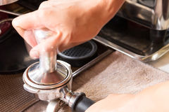 Barman Tamping Espresso Grounds photographie stock