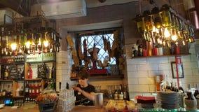 Barman trattoria à Rome, Italie Image stock