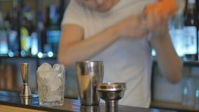 Barman trząść koktajl w pomarańczowym potrząsaczu na barze zdjęcie wideo