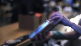 Barman używa potrząsacza w barze zdjęcie wideo