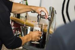 Barman versant la bière froide fraîche du robinet photos libres de droits