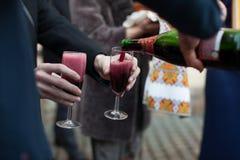 Barman versant le vin dans des verres pour le marié et les invités au mariage Photographie stock