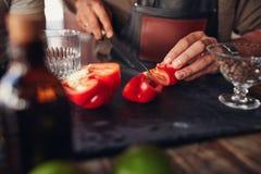 Barman wręcza ciapaniu czerwonego dzwonkowego pieprzu Obraz Stock