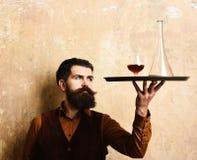 Barman z ciekawą twarzą słuzyć scotch lub brandy zdjęcie stock