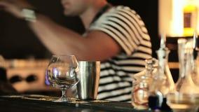 Barman z potrząsaczem usuwa prętowego kontuar zbiory wideo
