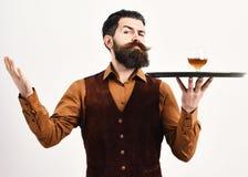 Barman z surową twarzą słuzyć koniaka Luksusowy napoju pojęcie obraz royalty free