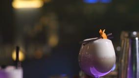Barmanhand die cocktail met munt, stro verfraait stock video