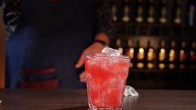 Barmanhanden die een cocktail maken stock footage