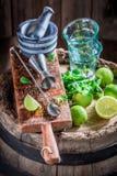 Barmaningrediënten klaar om een drank te maken stock foto