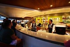 Barmans préparant des boissons aux clients photos stock