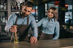barmans préparant la boisson d'alcool images stock