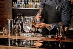 Barmans räcker att krossa en stor iskub royaltyfri fotografi