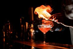 Barmans räcker framställning av en ny coctail med en rökig anmärkning royaltyfria foton