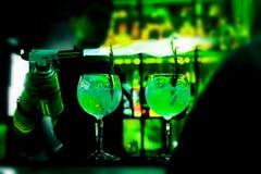 Barmanshanden die vlammende cocktail maken Stock Afbeelding