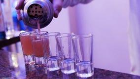 Barmanu dolewania napoju przyjęcia tło zbiory wideo