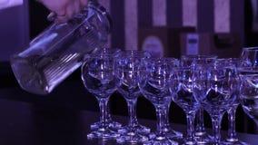 Barmanu dolewania wino w szkła zdjęcie wideo