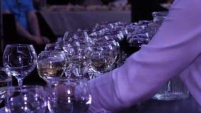 Barmanu dolewania wino w szkła zbiory wideo