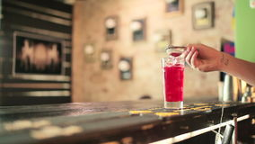 Barmanu mienia stainer nad szkłem napój zbiory