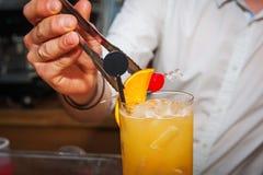 Barmanu narządzania koktajl Zdjęcie Stock