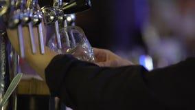 Barmanu podsadzkowy szkło z świeżym zimnym piwem w noc klubie, porcja klienci zbiory