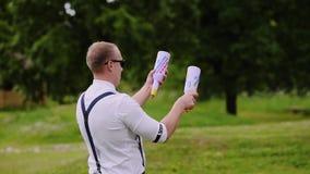 Barmanu profesjonalista pięknie żongluje dwa butelki w świeżym powietrzu Zabawy wydarzenie zdjęcie wideo