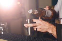 Barmanu ` s ręki robi strzału koktajlowi zdjęcie stock