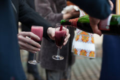 Barmany nalewa wino w szkła dla fornala i gości przy ślubem Fotografia Stock