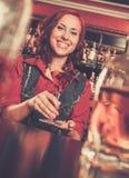 Barmeisje achter barteller Stock Fotografie