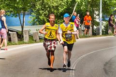 Barmherziges Lauf-` RunTour-Brno-` im Verdammungsbereich Laufen Sie, um die Grundlage für die Vorhänge zu stützen Stockfoto