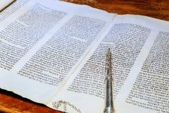 Barmitzvah läsning Torah bläddrar helgedom på feriebar mitzwahTorah läsning royaltyfri fotografi