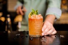 Barmixer beendet, sein Cocktail verzierend stockfoto